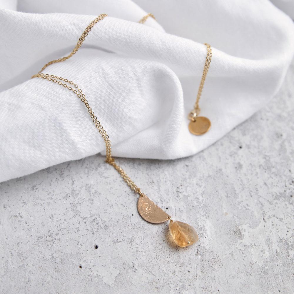 LET THE SUN SHINE IN Kette gold mit gelbem Citrin Stein, goldenem gehämmerten Halbmond Plättchen und NAIONA Plättchen. Tuch.