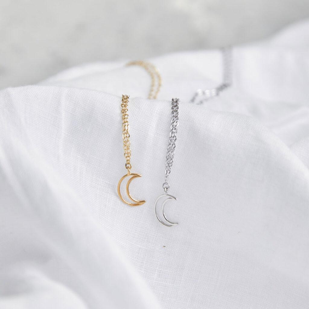 LITTLE MOON Kette gold silber mit goldenem oder silbernem Mond und NAIONA Plättchen. Tuch.