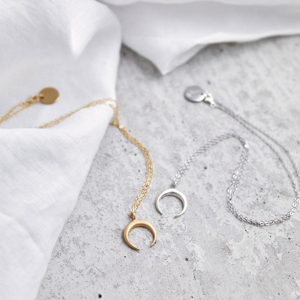 LUA Kette gold silber mit goldenem oder silbernem Mond und NAIONA Plättchen. Tuch.
