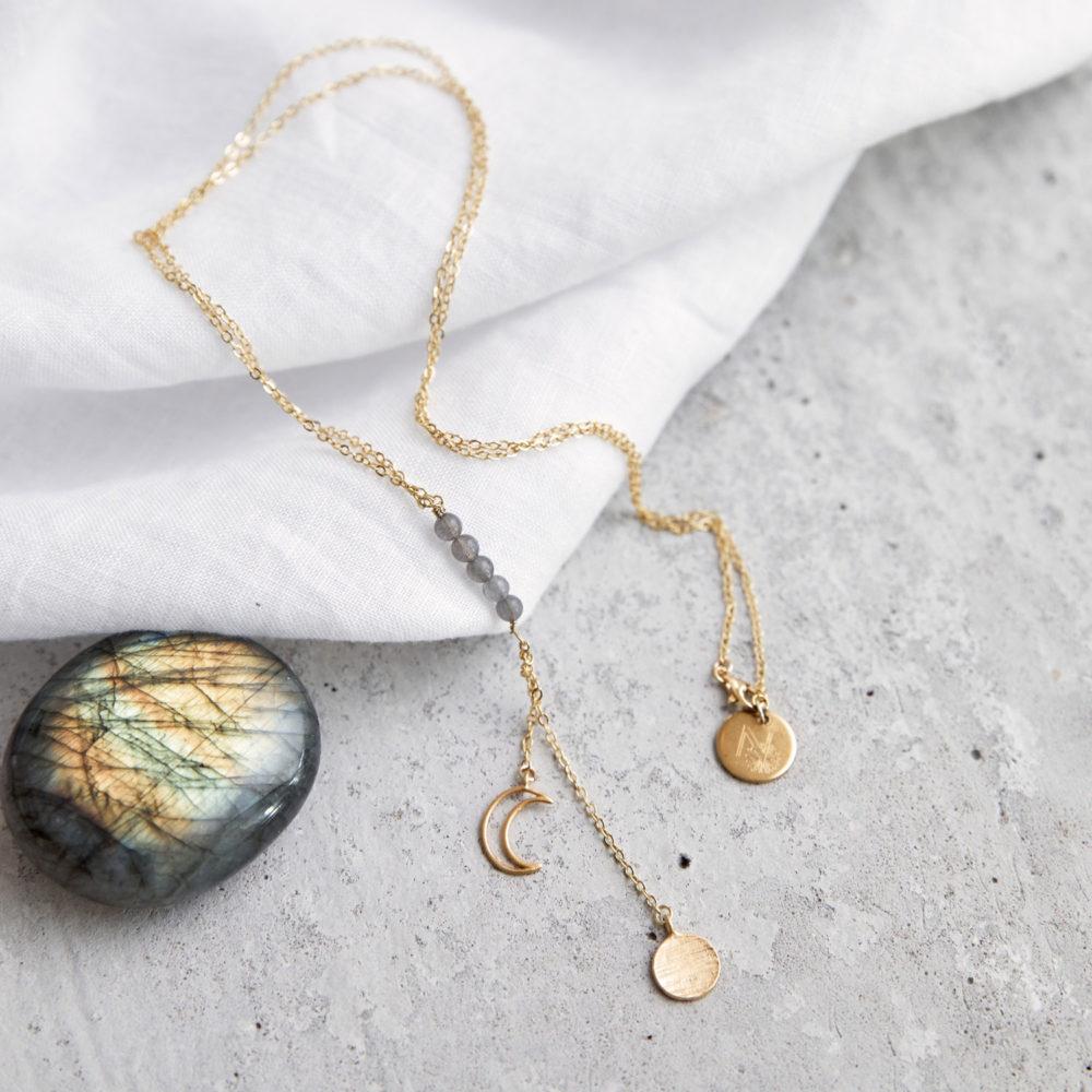 MAHINA HOU Kette gold mit goldenem Plättchen, Mond NAIONA Plättchen und kleinen Labradorit Steinen grau. Tuch, Labradorit Steine grau.