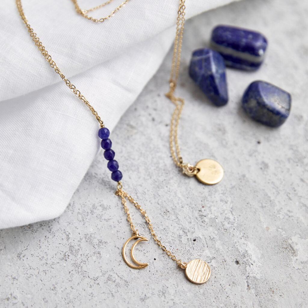 MAHINA HOU Kette gold mit goldenem Plättchen, Mond NAIONA Plättchen und kleinen Lapislazuli Steinen. Tuch, Lapislazuli Steine.