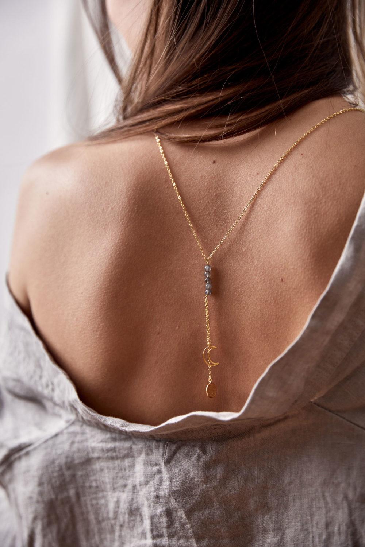 MAHINA HOU Kette gold mit goldenem Plättchen, Mond NAIONA Plättchen und kleinen Labradorit Steinen grau. Frau, Ausschnitt, Rücken, Rückenschmuck.