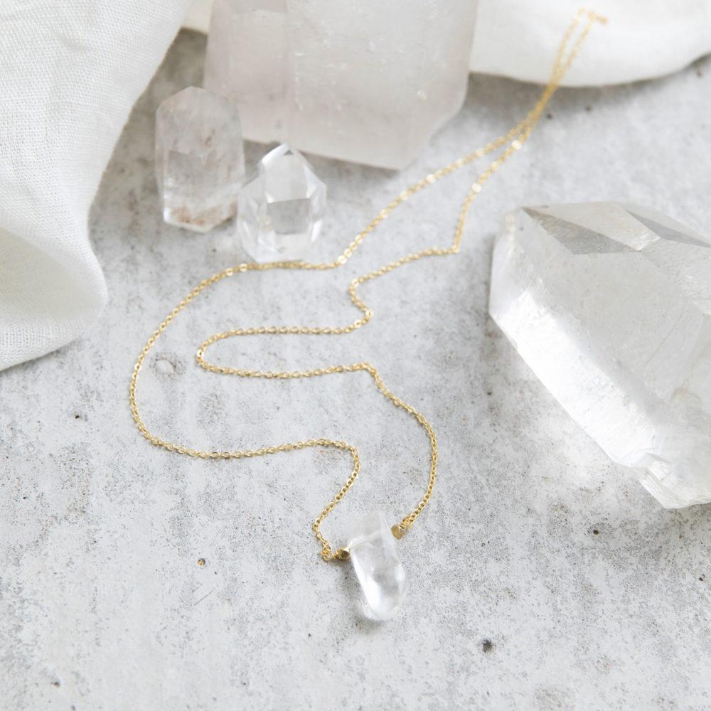 NELIO Kette gold mit Bergkristallspitze, goldenen Perlen und NAIONA Plättchen. Tuch, Bergkristalle, Bergkristallspitzen.