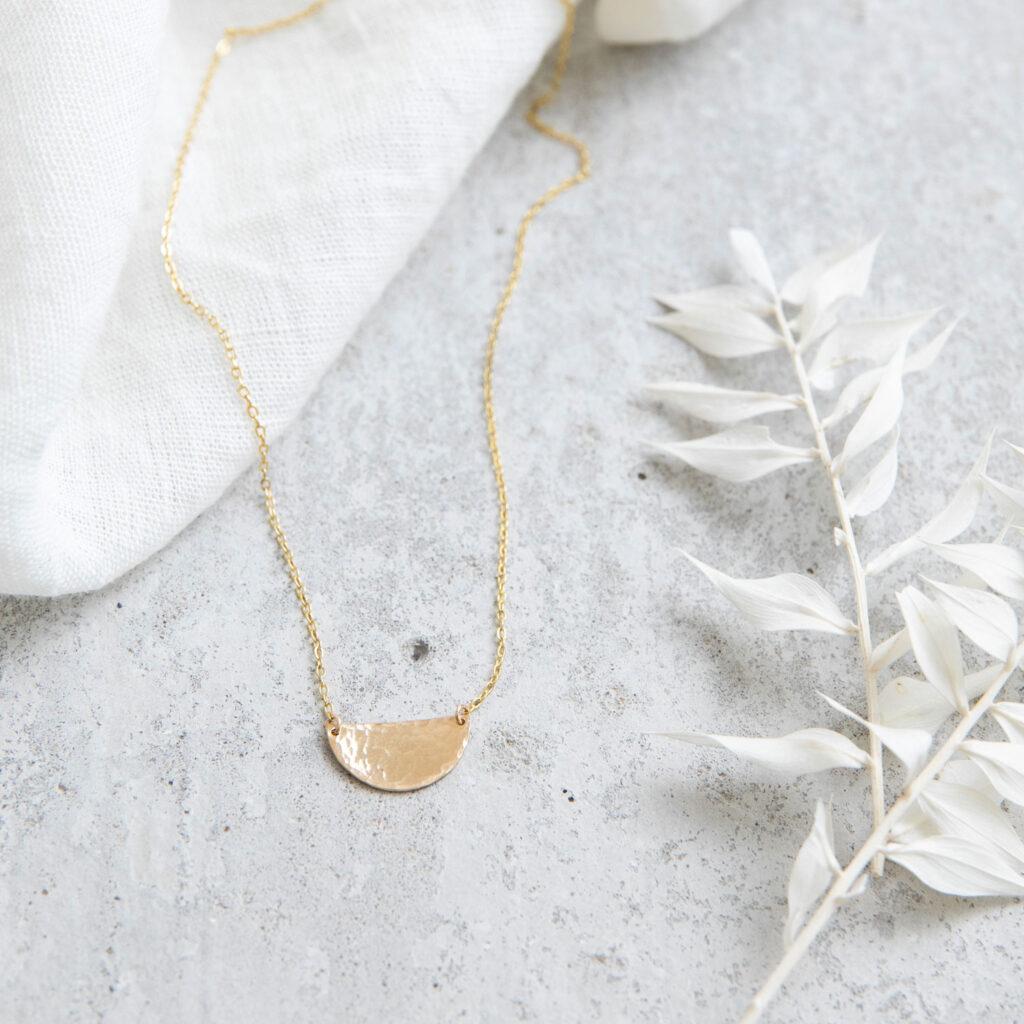 SIMPLICITY Kette gold mit goldenem gehämmerten Halbmond Plättchen und NAIONA Plättchen. Tuch, Trockenblumen.