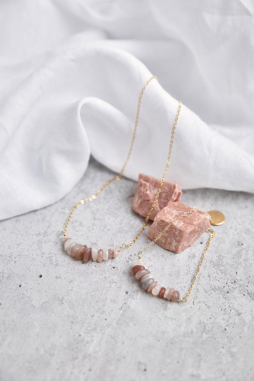 YIN GUIDANCE Kette und Armband gold mit Mondstein Splittern und goldenem NAIONA Plättchen. Mondsteine rosé, Tuch.