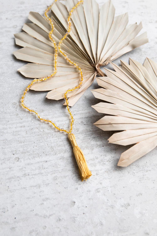 SHINE YOUR LIGHT Mala aus gelben Citrin Steinen mit goldenem NAIONA Plättchen und Quaste. Trockenblumen.