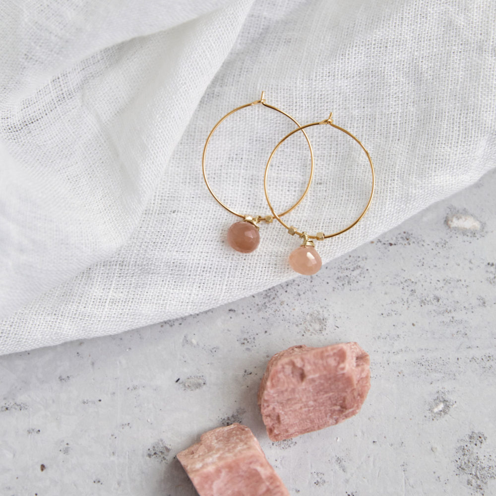 AKONA Ohrringe gold mit Mondstein rosé und goldenen Perlen. NAIONA, Ohrhänger, Kreolen, Tuch, Mondstein Steine rosé.