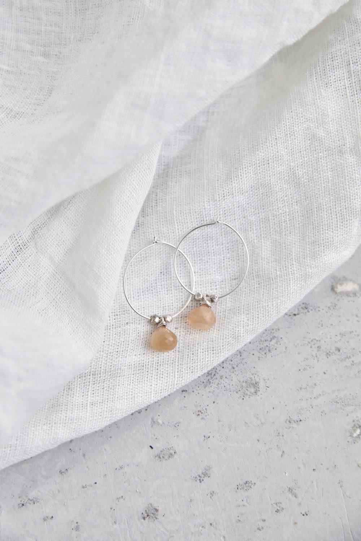 AKONA Ohrringe silber mit Mondstein rosé und silbernen Perlen. NAIONA, Ohrhänger, Kreolen, Tuch.