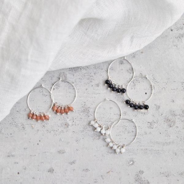 ALUNA Ohrringe silber mit Mondstein weiß und rosé und Turmalin Steinen. NAIONA, Kreolen, Tuch.