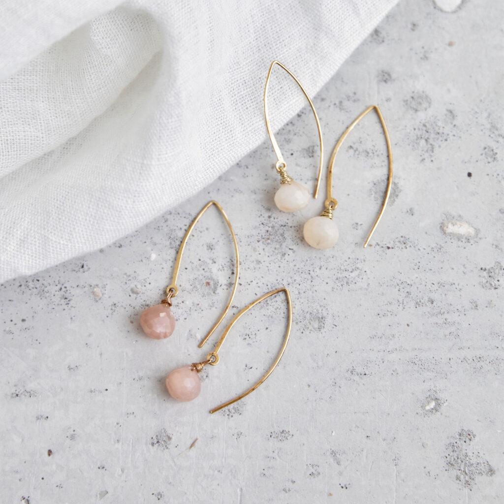 ANELA Ohrringe gold mit Mondstein weiß und rosé. NAIONA, Ohrhänger, Tuch.