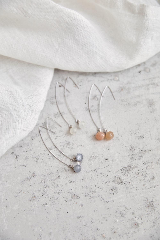 ANELA Ohrringe silber mit Mondstein grau, weiß und rosé rosa. NAIONA, Ohrhänger, Tuch.