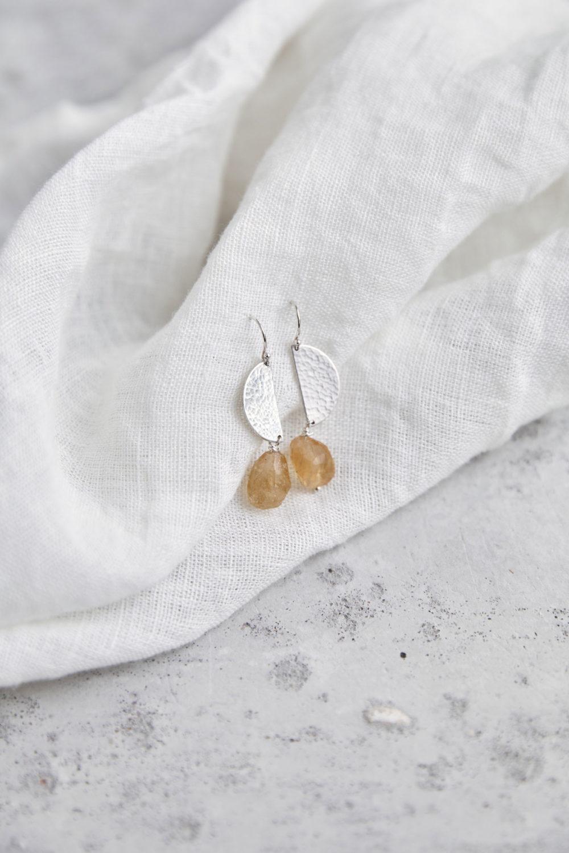 LET THE SUN SHINE IN Ohrringe silber mit silbernem gehämmerten Halbmond Plättchen und Citrin Steinen. NAIONA, Ohrhänger, Tuch.