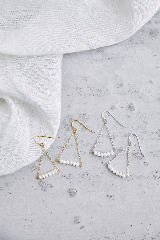 MAHALI Ohrringe gold silber mit Süßwasserperlen. NAIONA, Ohrhänger, Tuch.