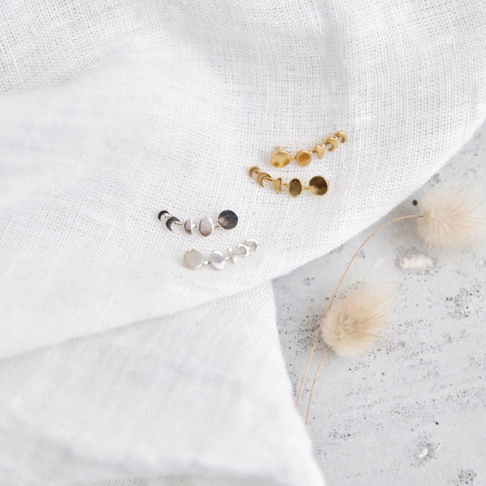 MOONCHILD Ohrringe vergoldet und silber mit goldenen oder silbernen Mondphasen. NAIONA, Ohrstecker, Trockenblumen, Tuch.