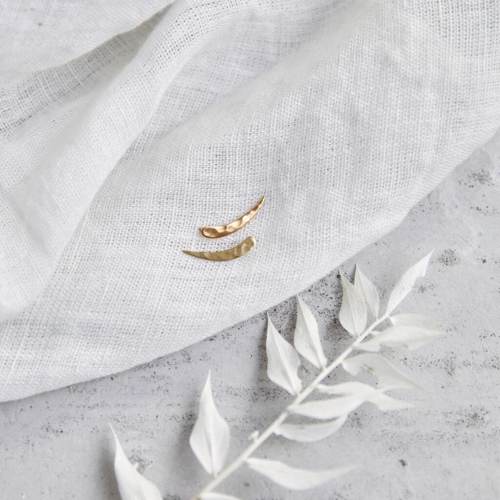 SIMPLICITY Ohrringe vergoldet gold mit gehämmerten Halbmond, Mondsichel. NAIONA, Ohrstecker, Trockenblumen, Tuch.