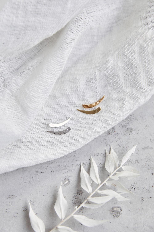 SIMPLICITY Ohrringe vergoldet gold und silber mit gehämmerter Mondsichel, Halbmond. NAIONA, Ohrstecker, Trockenblumen, Tuch.