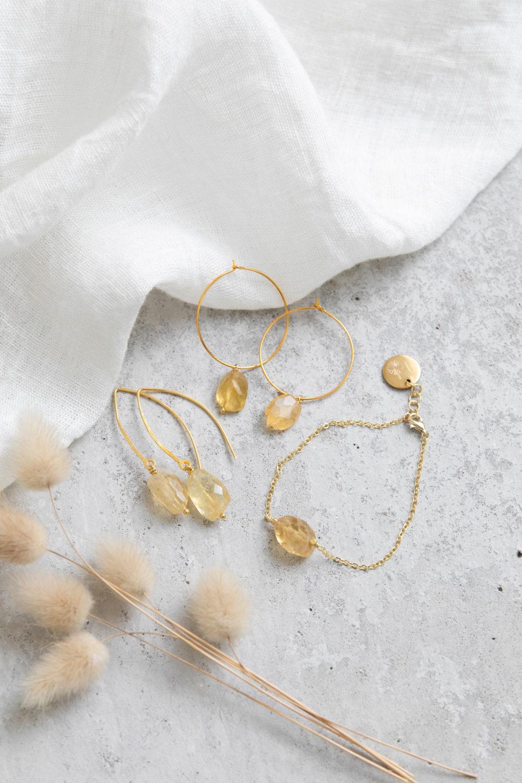 SPIRIT OF LIFE Ohrringe gold mit Citrin Steinen und LET THE SUN SHINE IN Armband gold mit Citrin Steinen und goldenen Perlen und NAIONA Plättchen und BE CURIOUS Kreolen mit Citrin Steinen. Ohrhänger, Schmuck, Trockenblumen, Tuch.