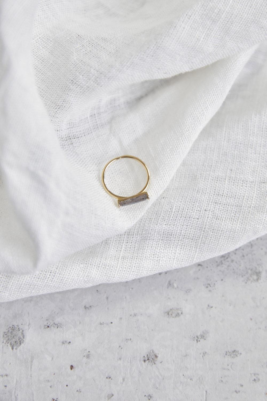 CREATE YOUR MAGIC Ring vergoldet gold mit Labradorit Stein grau. NAIONA, Fingerschmuck, Tuch.