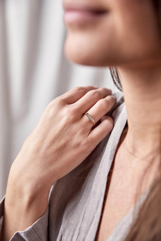 CREATE YOUR MAGIC Ring vergoldet gold mit Labradorit Stein grau. NAIONA, Fingerschmuck, Frau, Hand, Finger.