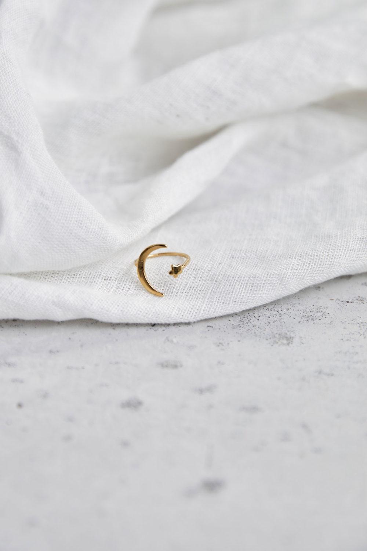 MOONCHILD Ring vergoldet mit goldenem Mond Halbmond Mondsichel und Stern. NAIONA, Fingerschmuck, Tuch