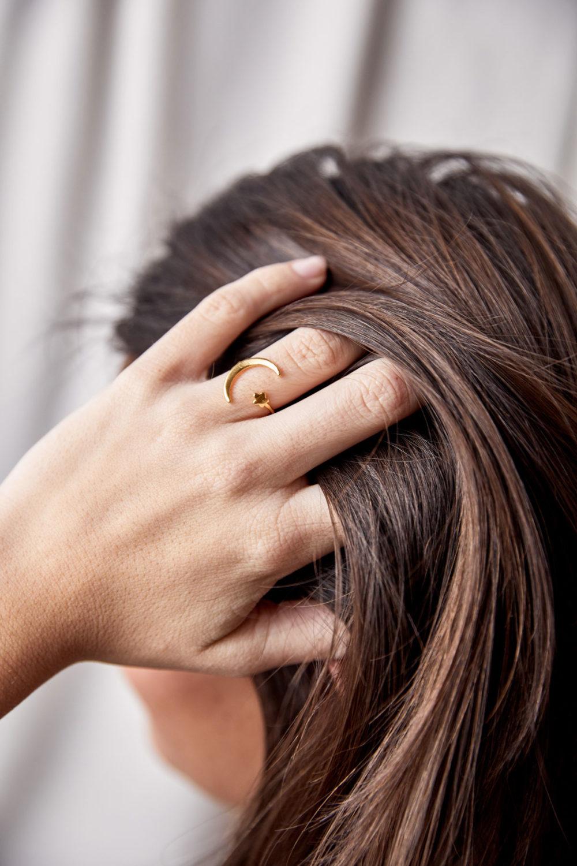 MOONCHILD Ring vergoldet mit goldenem Mond Halbmond Mondsichel und Stern. NAIONA, Fingerschmuck, Hand, Finger, Frau.