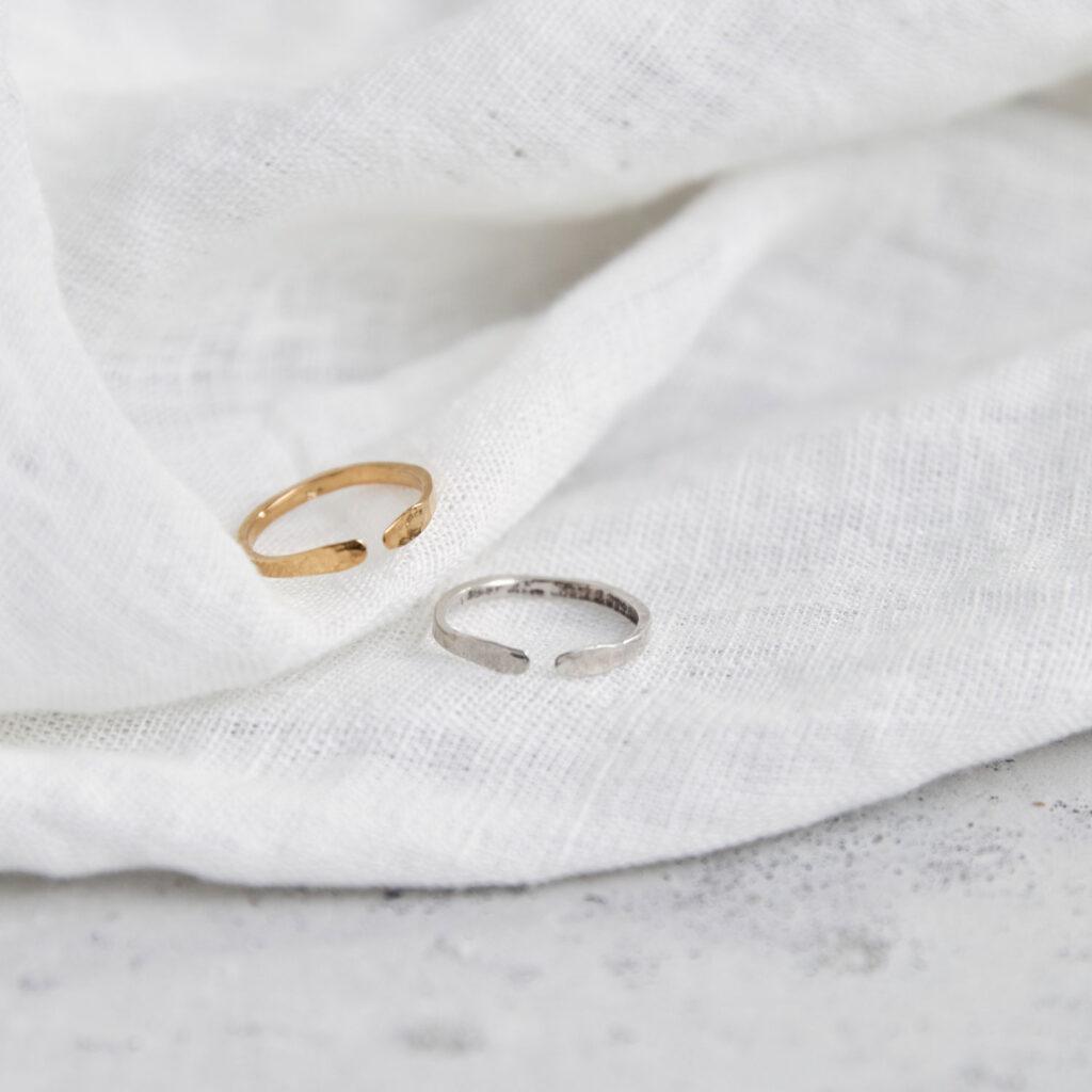 SIMPLICITY Ring silber und gold. NAIONA, Fingerschmuck, Tuch.