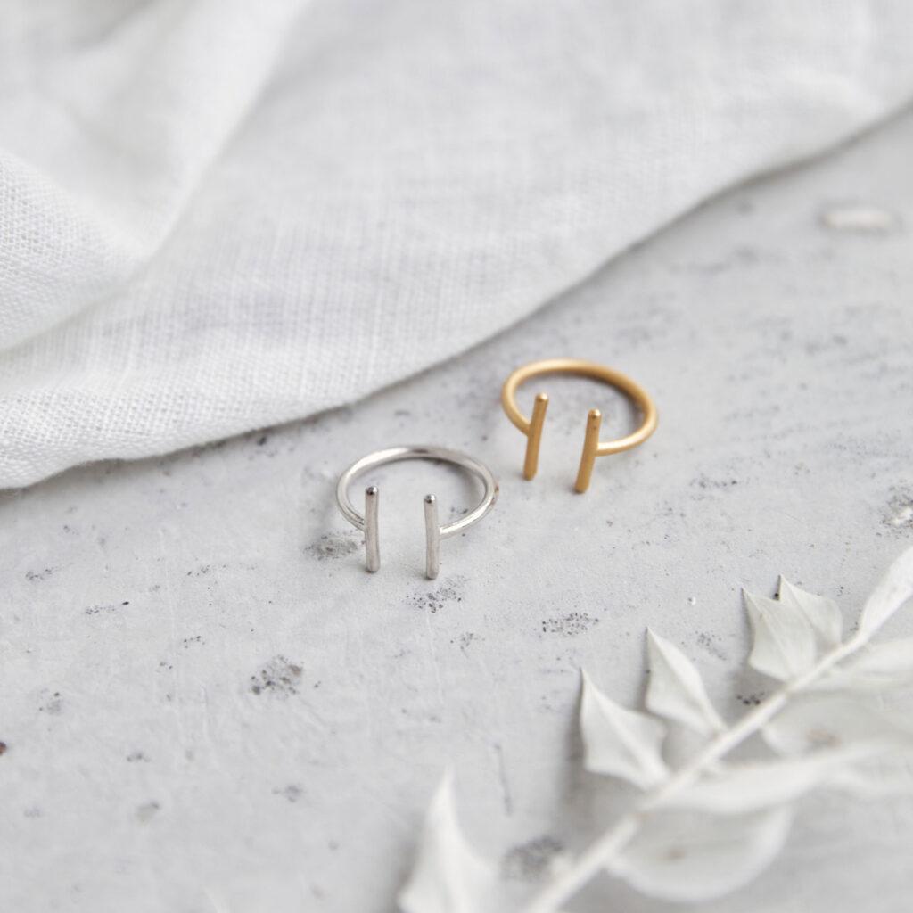 TWIN Ring gold und silber. NAIONA, Fingerschmuck, Tuch, Trockenblumen.