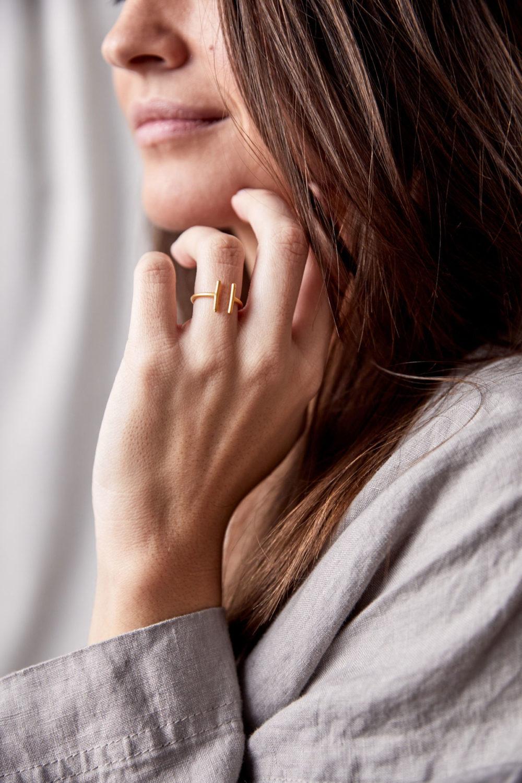 TWIN Ring gold vergoldet. NAIONA, Fingerschmuck, Hemd, Frau, Hand.