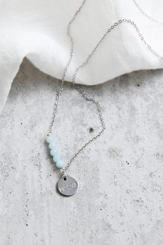 STATEMENT COLLECTION BREATHE Kette silber mit silbernem geprägten Plättchen und NAIONA Plättchen und Amazonit Steinen Perlen. Tuch.
