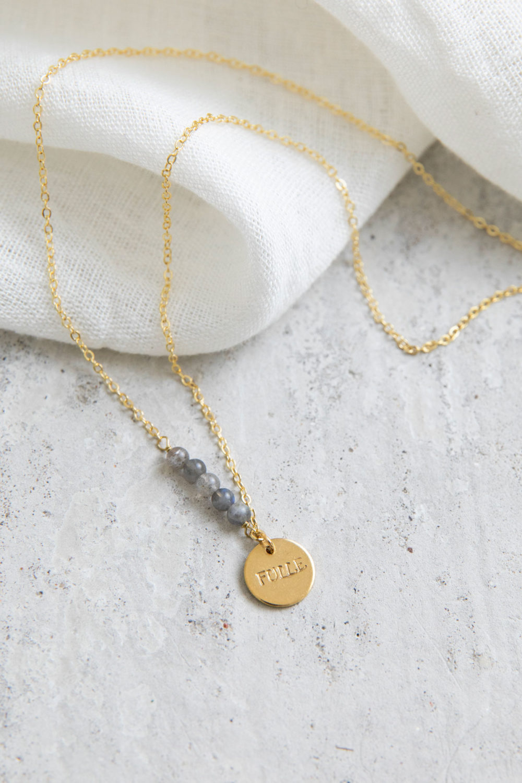 STATEMENT COLLECTION FÜLLE Kette gold mit goldenem geprägten Plättchen und NAIONA Plättchen und Labradorit Steinen. Tuch.