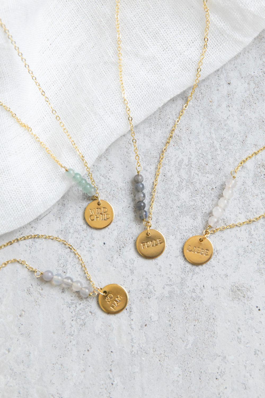 STATEMENT COLLECTION FÜLLE Kette gold mit goldenem geprägten Plättchen und NAIONA Plättchen und Labradorit Steinen. Tuch, SO HAM, WILD CHILD, LIEBE mit Achat, Aventurin, Mondstein weiß Steinen Perlen.