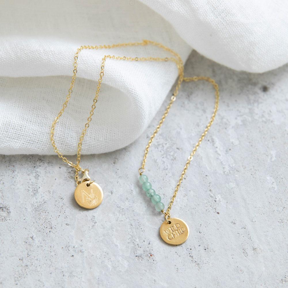 STATEMENT COLLECTION WILD CHILD Kette gold mit goldenem geprägten Plättchen und NAIONA Plättchen und Aventurin Steinen. Tuch.