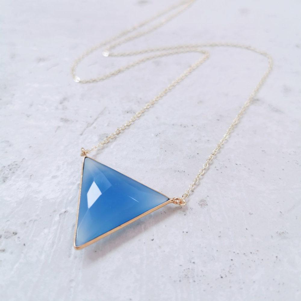 CREATIVE EXPRESSION Kette gold – WANDAFUL COLLECTION mit blauem Chalcedon und NAIONA Plättchen.