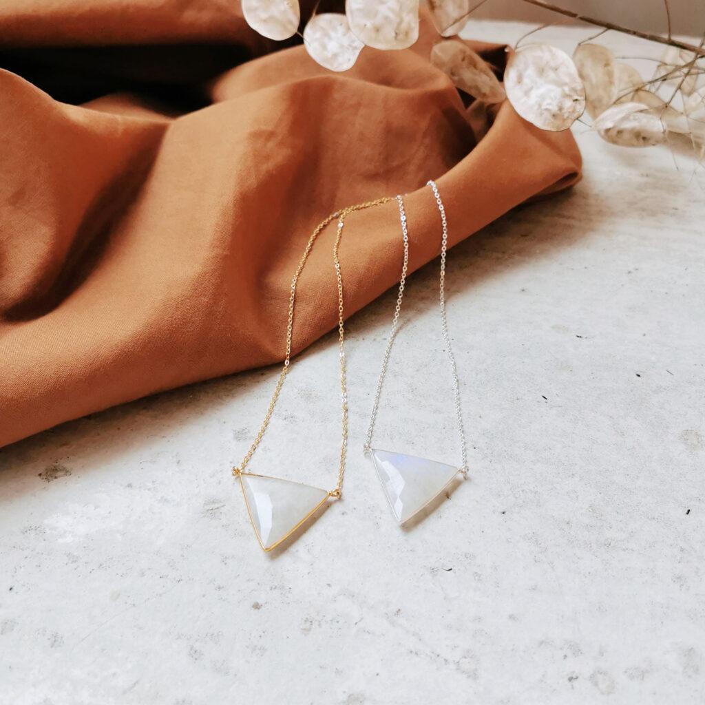 WOMENS WISDOM Kette gold silber – WANDAFUL COLLECTION mit weißem Mondstein und NAIONA Plättchen. Atmosphäre, Tuch, Trockenblumen.